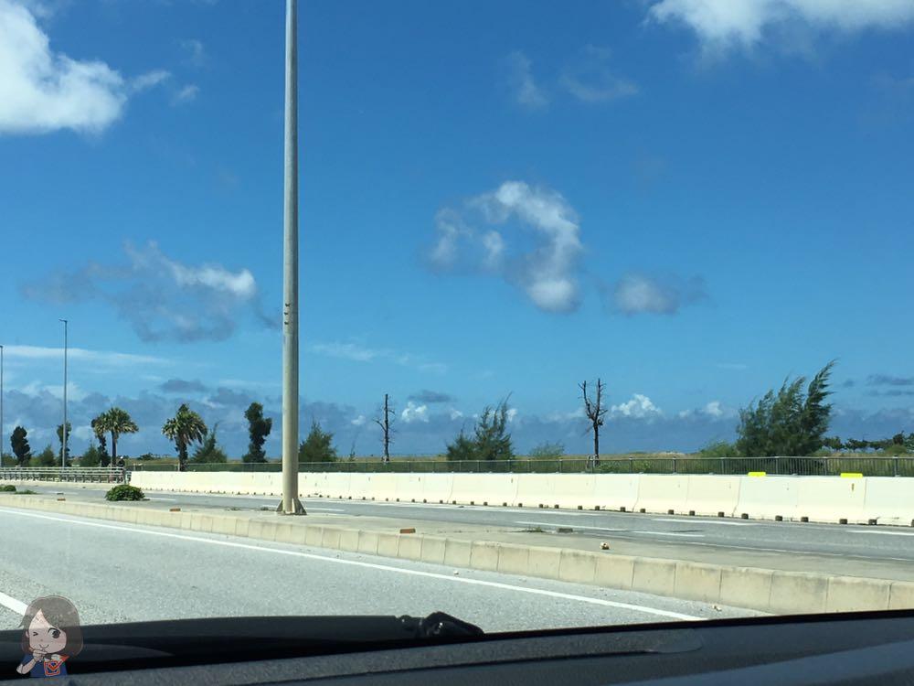 沖縄の道路から